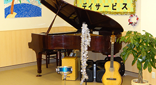 グランドピアノや楽器が揃っています